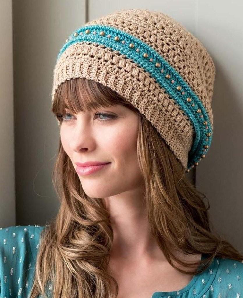 Как носить шапку с челкой: вязаная с челкой бежевая с голубой полоской