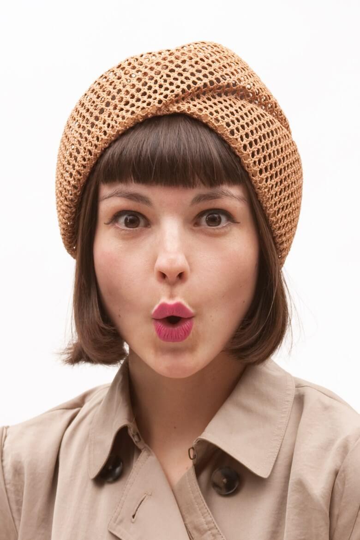 Как носить шапку с челкой: вязаная с челкой светло-коричневая