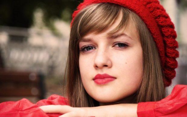 Как носить шапку с челкой: вязаная с челкой красная