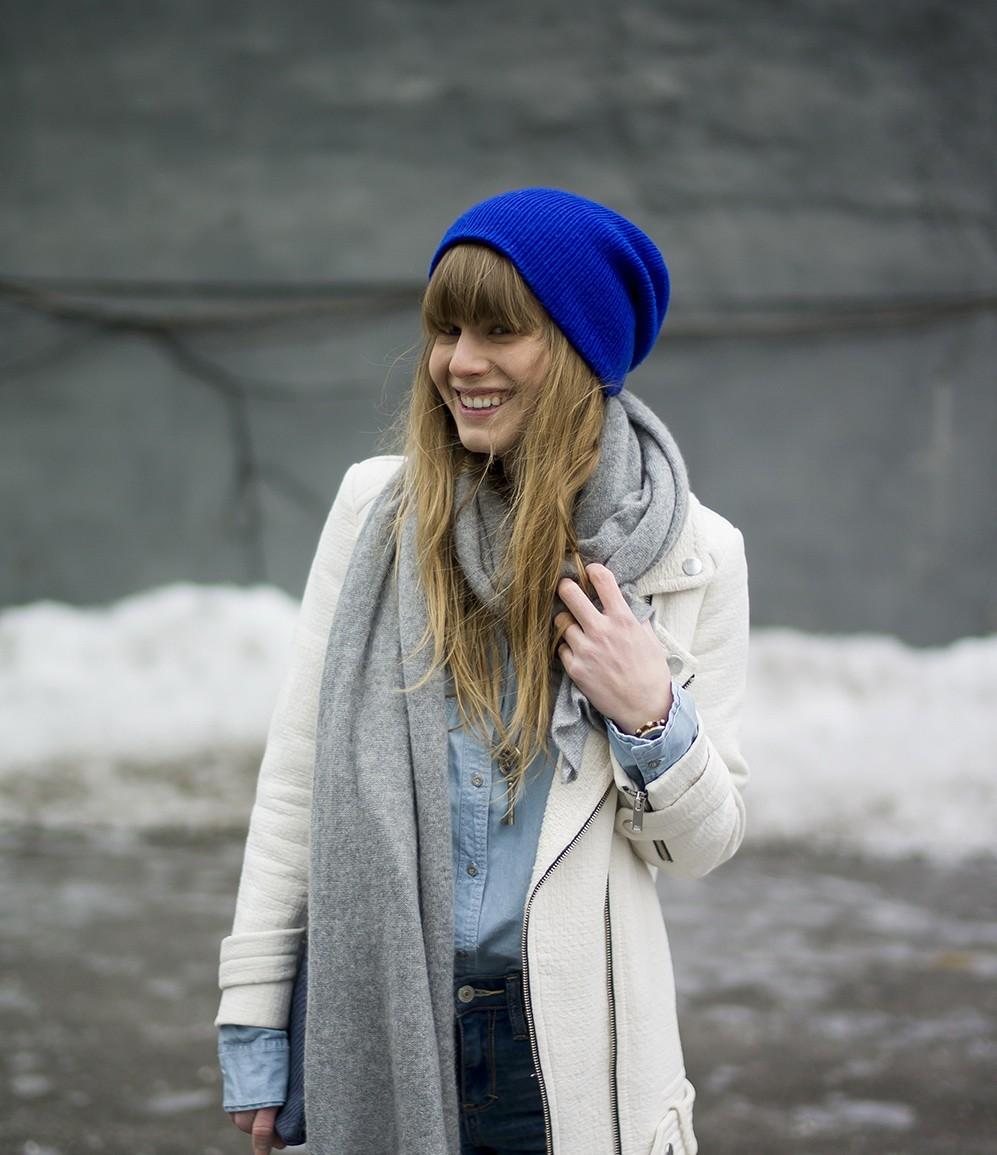 Как носить шапку с челкой: с челкой синяя