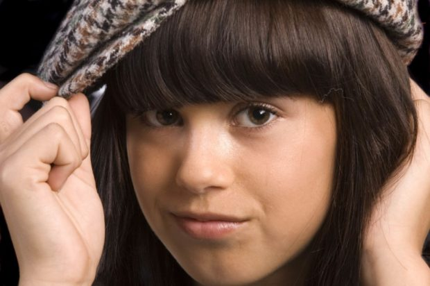 Как носить шапку с челкой: берет с челкой