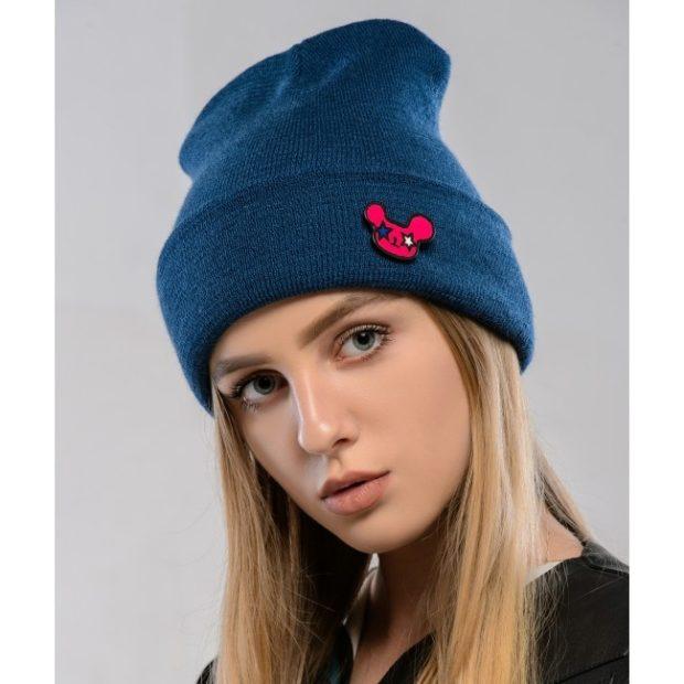 Как носить шапку с челкой: с подворотом с челкой синяя