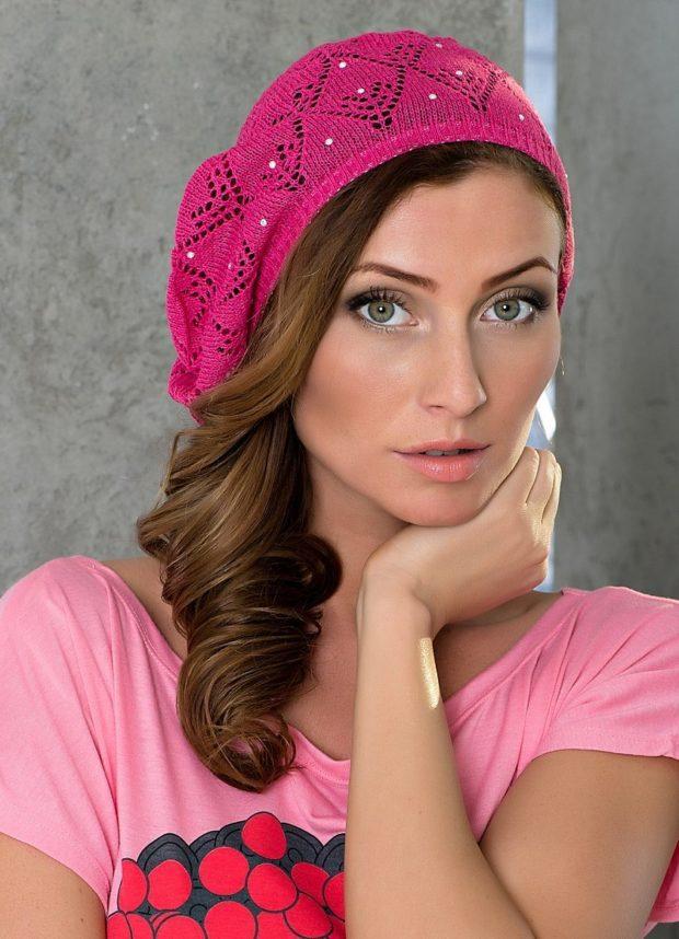 Как носить шапку с челкой: вязаная берет с челкой розовый