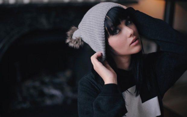 Как носить шапку с челкой: вязаная с бубоном с челкой серая