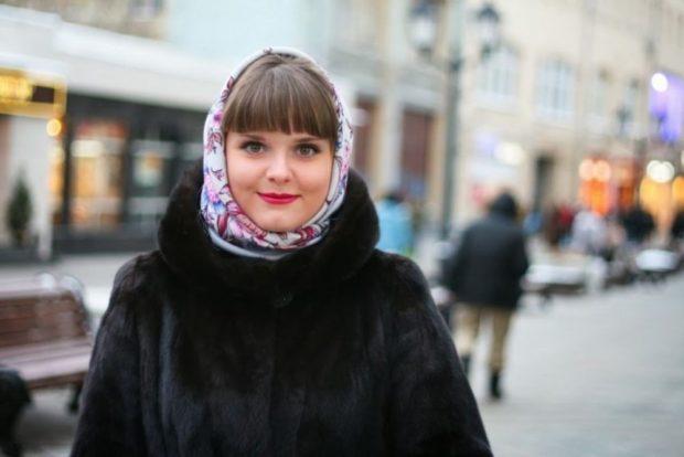Как носить шапку с челкой: платок под челку белый в цветочек