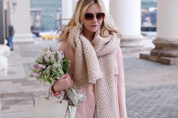 Как правильно носить хомут: как шарф светлый на пальто