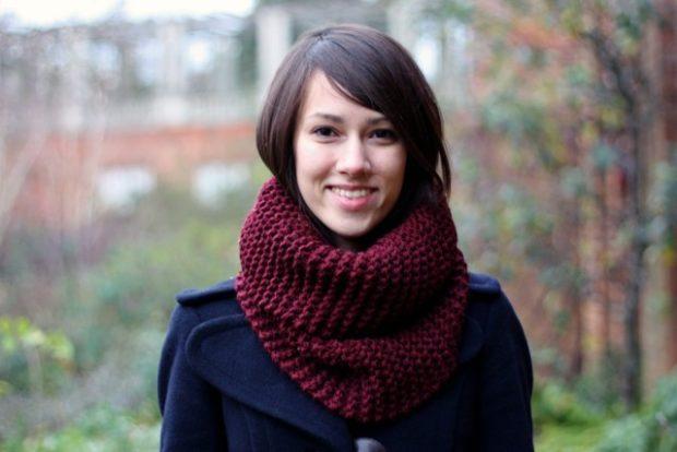 Как правильно носить хомут: бордовый снуд вокруг шеи