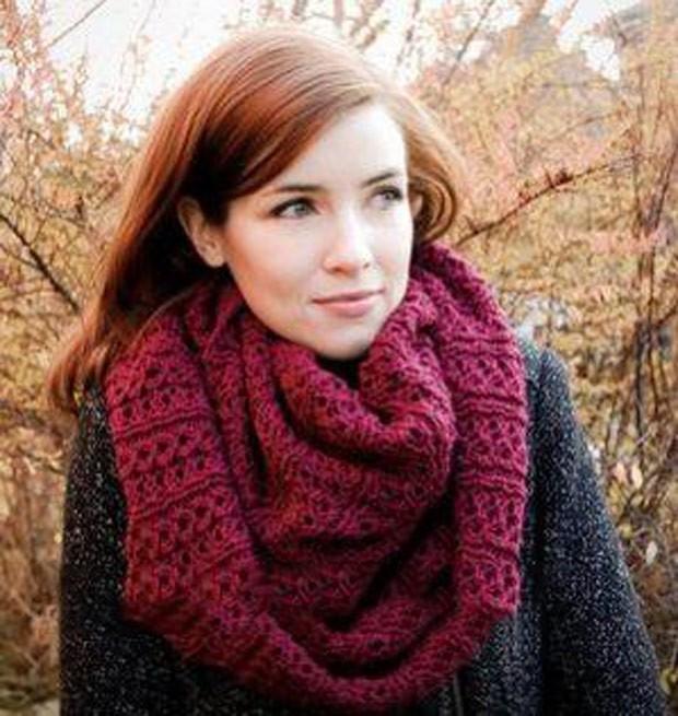 Как правильно носить хомут: бордовый вязанный снуд на пальто как шарф