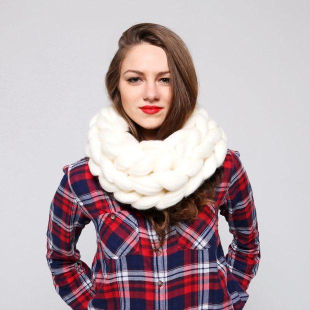 Как правильно носить хомут: крупная вязка один слой на шее
