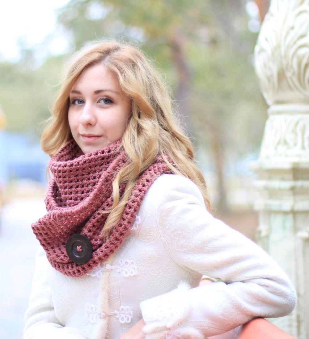 Как правильно носить хомут: розовый с пуговицей на пальто