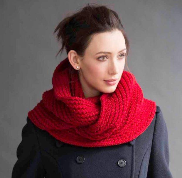 Как правильно носить хомут: красный вязанный  на пальто