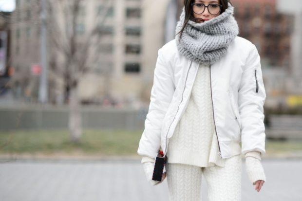 Как правильно носить хомут: серый на куртку вокруг шеи