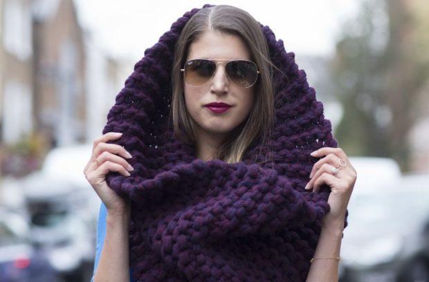 Как правильно носить хомут: темный фиолетовый крупная вязка на голову