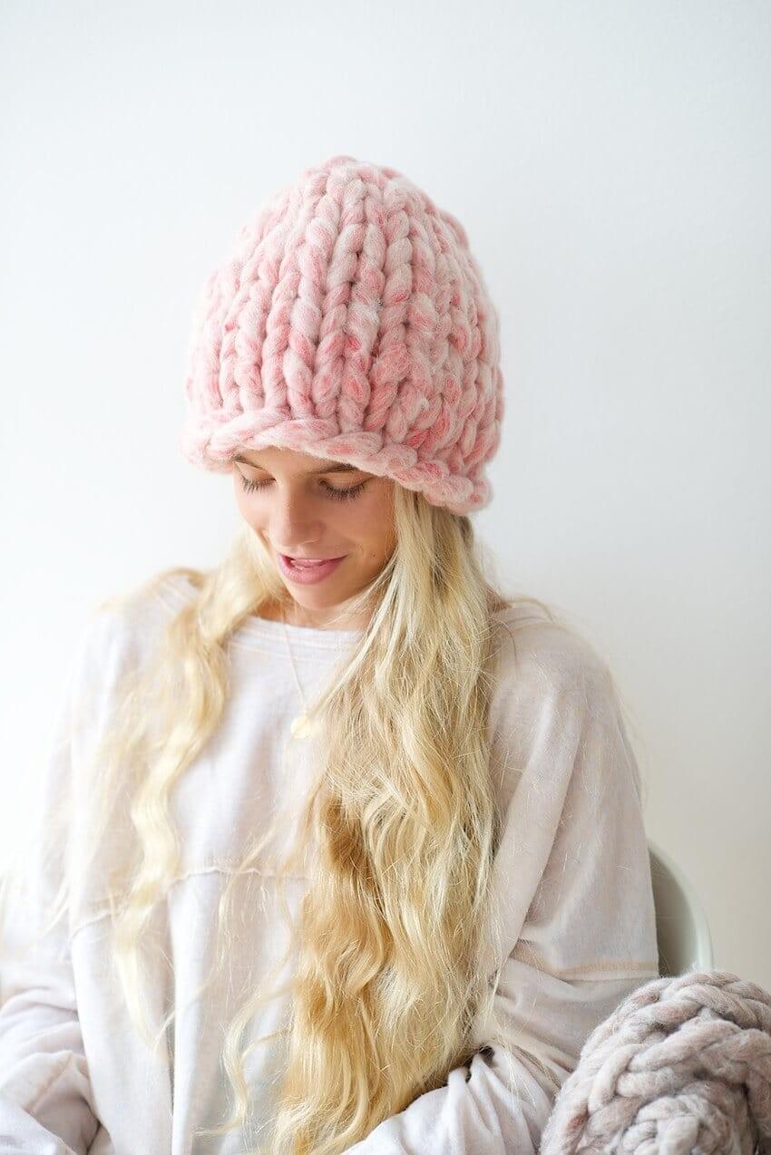 Какую шапку носить с курткой под светлый волос розовая крупная вязка