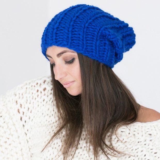 Какую шапку носить с курткой: под темные волосы вязанная синяя