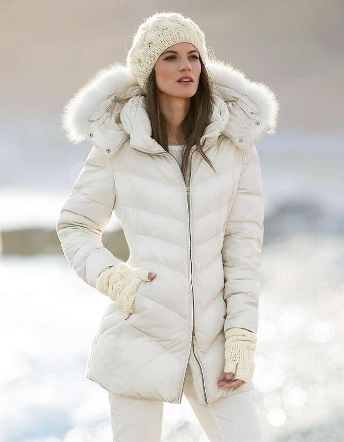 Какую шапку носить с курткой: белый вязанный берет