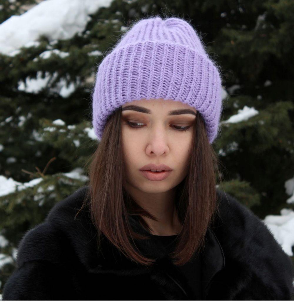 Какую шапку носить с курткой: под темные волосы сиреневая вязанная