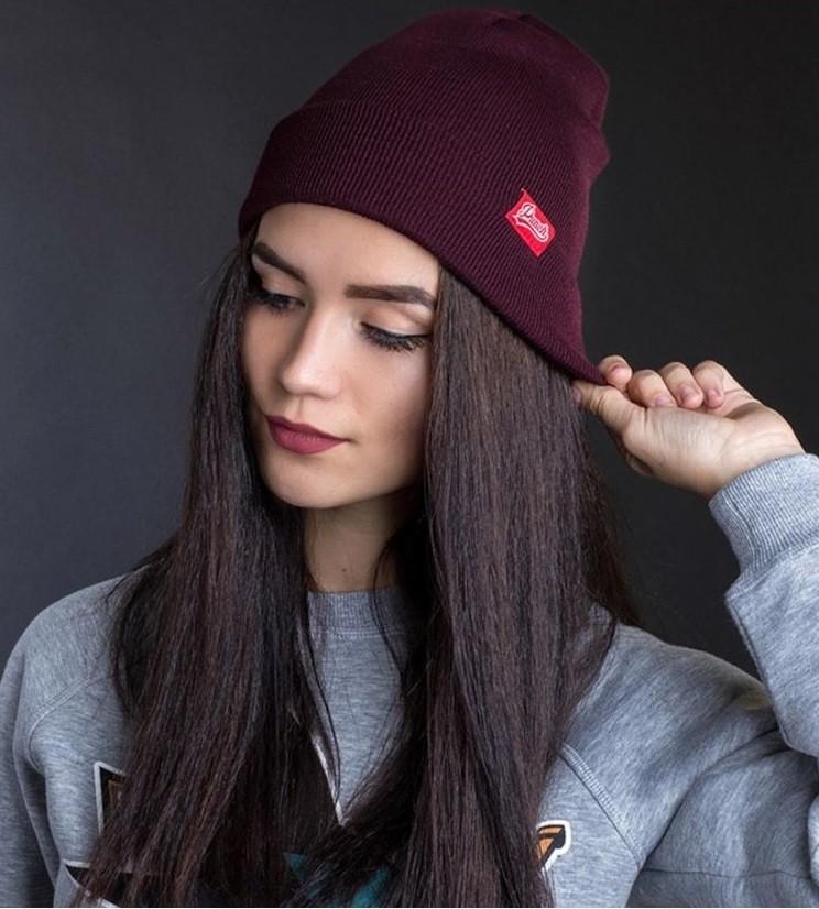 Какую шапку носить с курткой: под темные волосы бордовая трикотажная