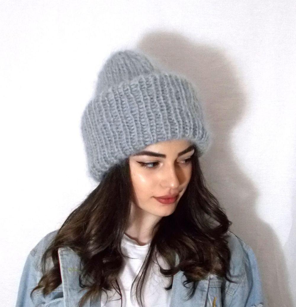Какую шапку носить с курткой: под темные волосы серая крупная вязка