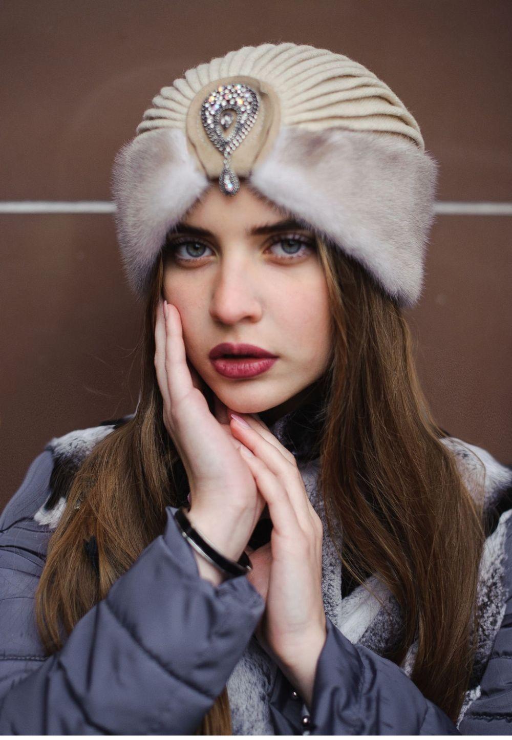 Какую шапку носить с курткой: под темные волосы светла из меха с декором из камня