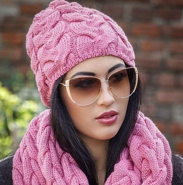 Какую шапку носить с курткой: под темные волосы розовая вязка крупная