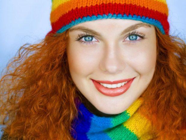 Какую шапку носить с курткой: для рыжих цветная вязанная