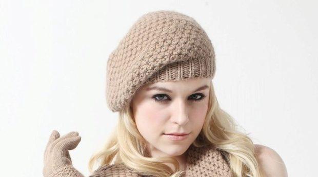 Какую шапку носить с курткой: коричневый вязанный берет