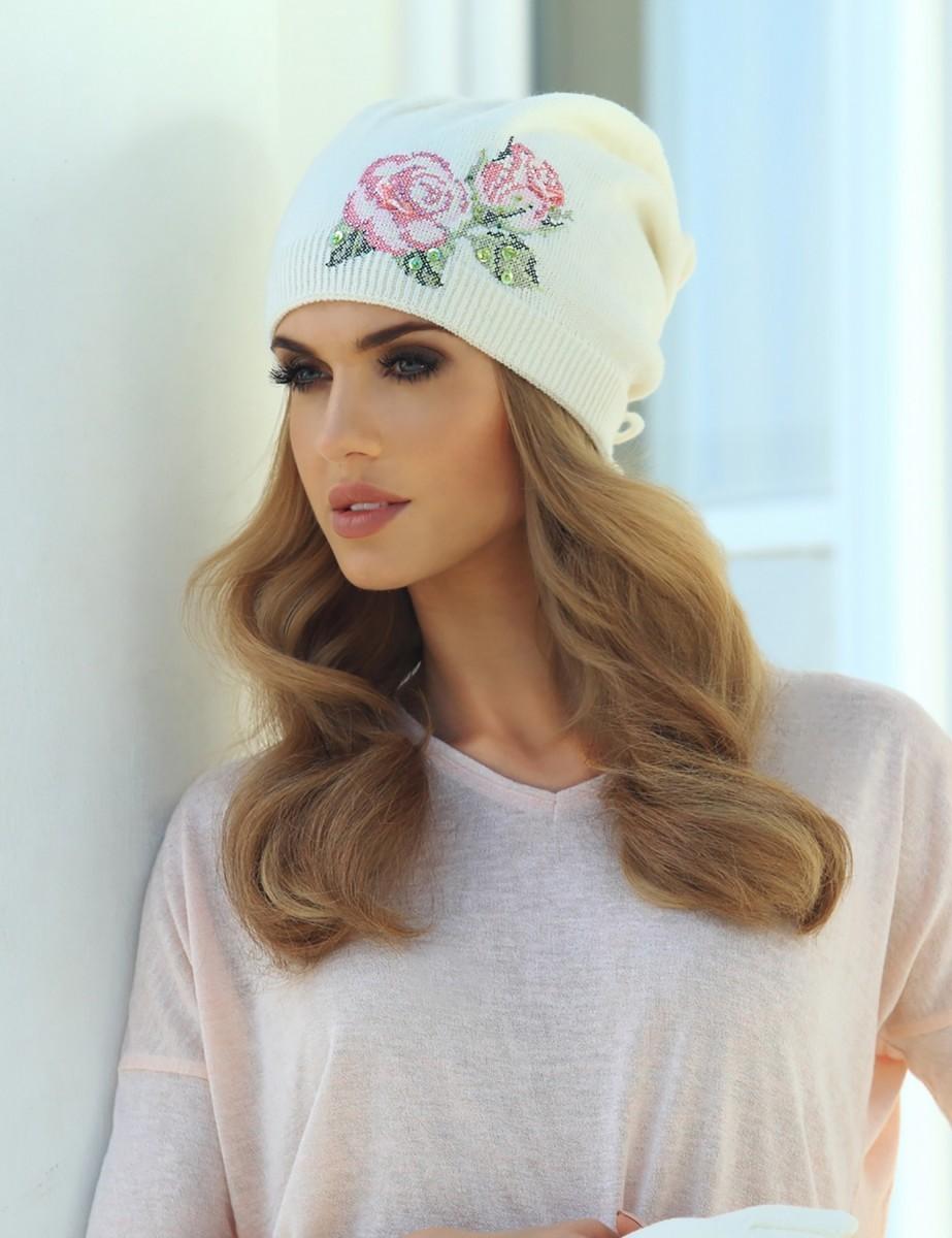 Какую шапку носить с курткой: белая трикотажная с розой