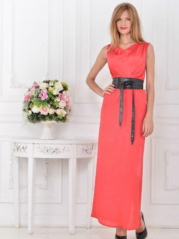 Коралловое платье с чем носить: с поясом черным без плеч