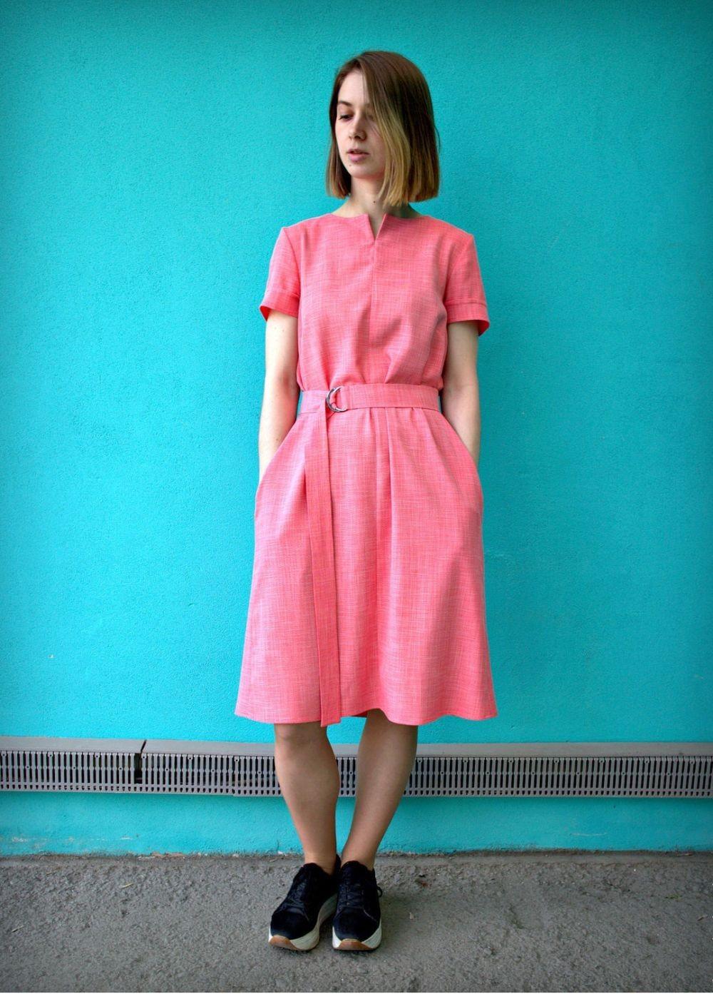 Коралловое платье с чем носить: простое юбка по колено рукав короткий