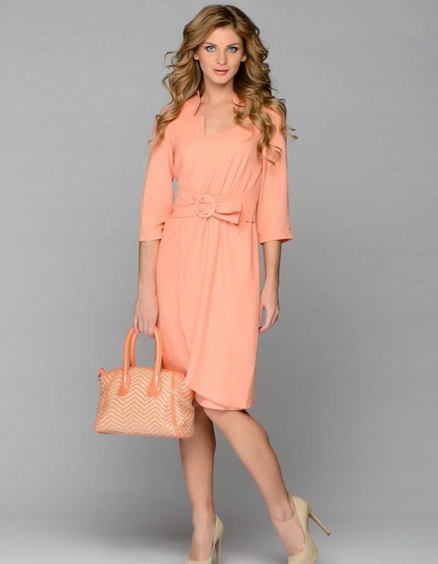 Коралловое платье с чем носить: светлое под пояс