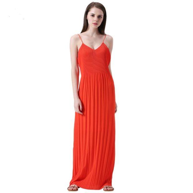 Коралловое платье с чем носить: в пол плиссированное под сандалии