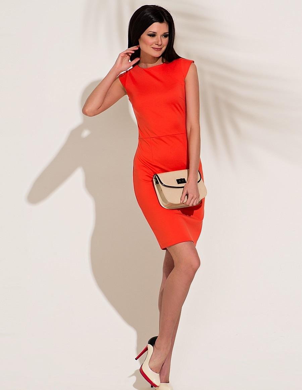 коралловые платья с чем носить: короткое под бежевую сумку светлые туфли