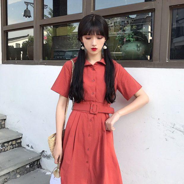 Коралловое платье с чем носить: рубашка с поясом