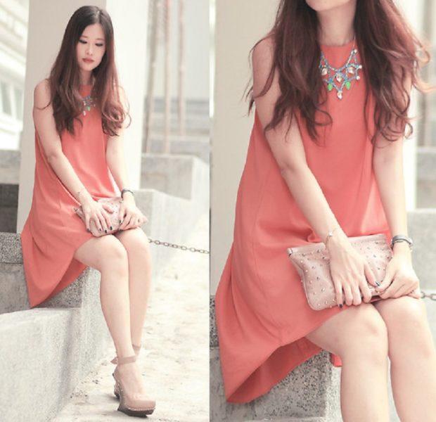 коралловые платья с чем носить: украшение цветное на шею сумка бежевая