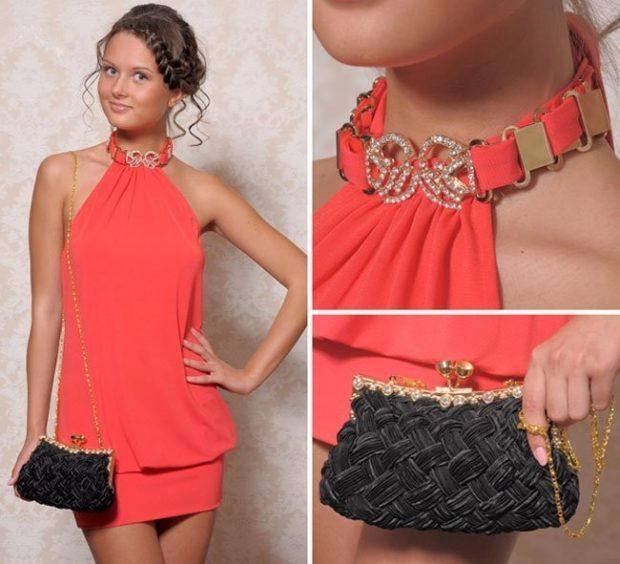 коралловые платья с чем носить: украшение серебряное черная сумочка