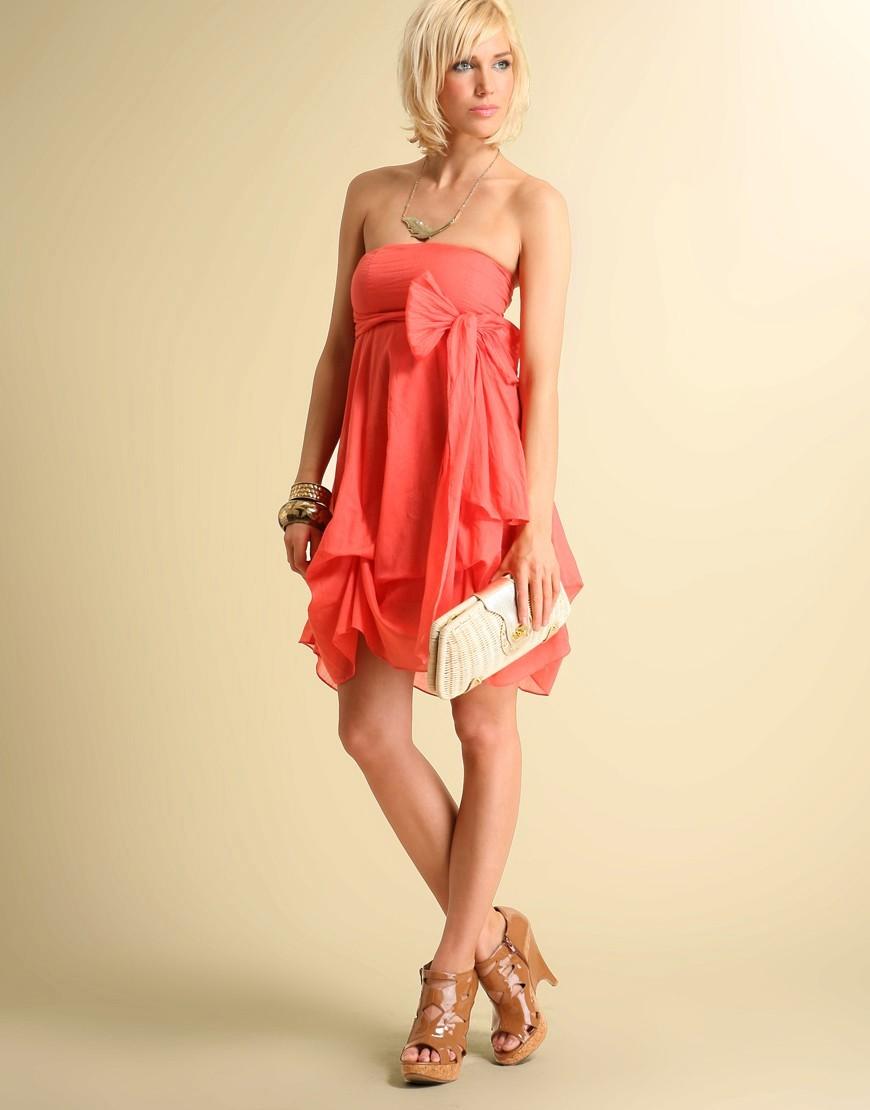 Коралловое платье с чем носить: коричневые босоножки на каблуке