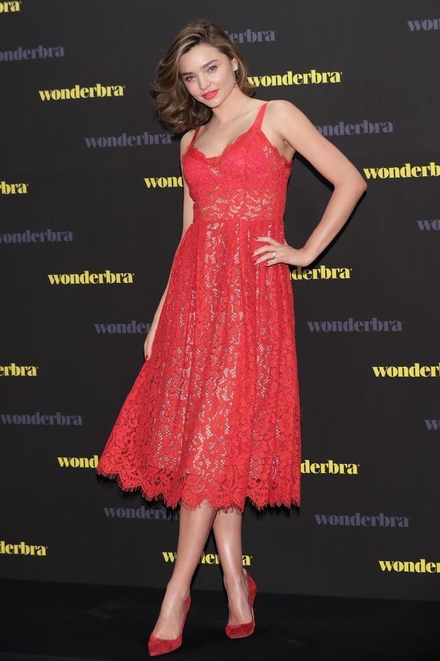 Коралловое платье с чем носить: под красные туфли