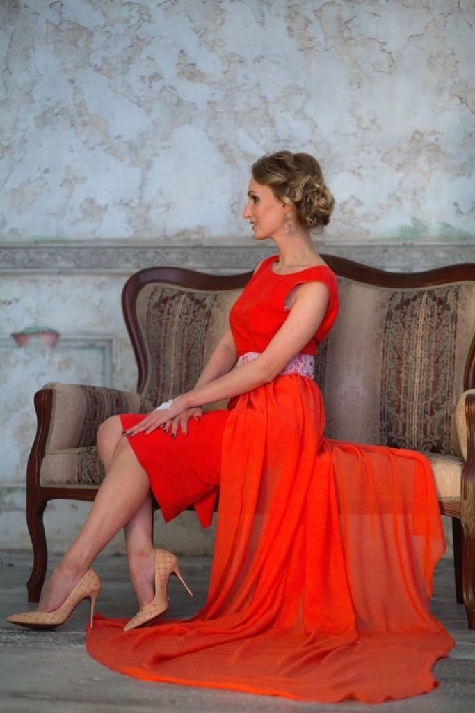 Коралловое платье с чем носить: под туфли на шпильке бежевые