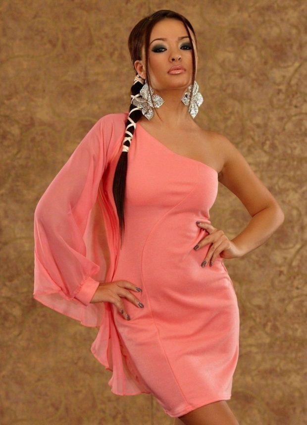 Коралловое платье с чем носить: один шифоновый рукав под объемные сережки