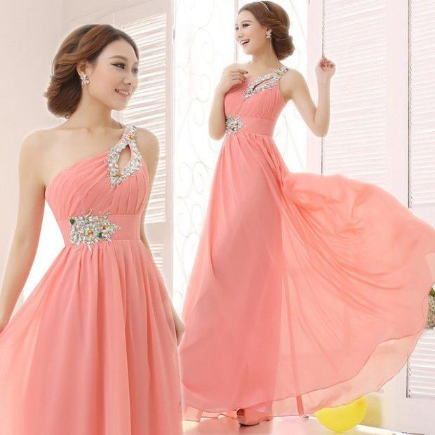 Коралловое платье с чем носить: на одно плечо шифоновое с серебристыми украшениями