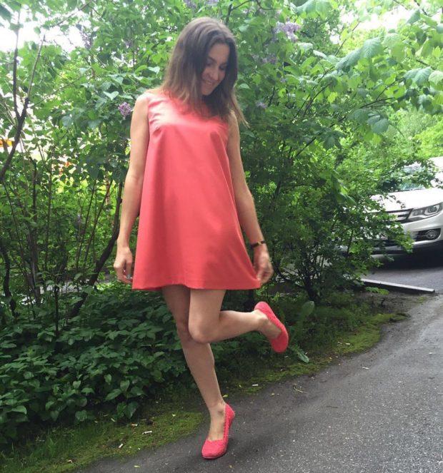 с чем носят коралловые платья: обувь