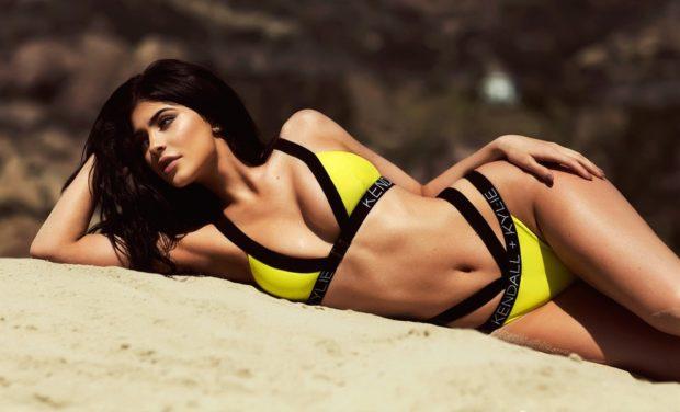 купальник 2022-2023 года модные тенденции фото желтый с черным раздельный