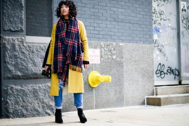 Луки осень-зима 2019-2020: пальто желтое шарф в клетку