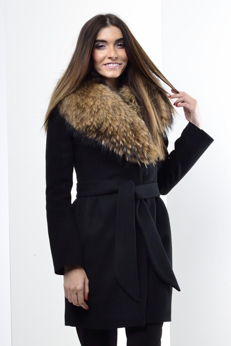 Луки осень зима 2018: пальто с мехом черное