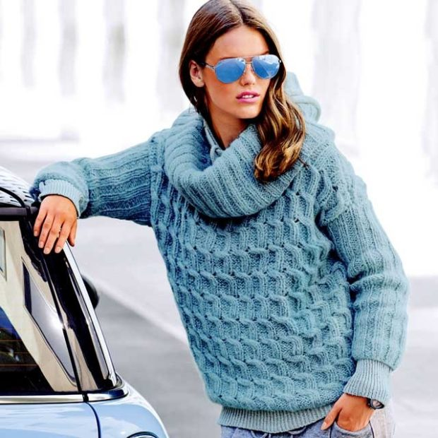 Луки осень-зима: свитер под горло синий
