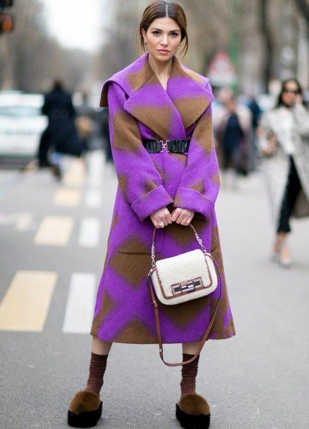 луки осень-зима 2019-2020: пальто фиолетовое с коричневым