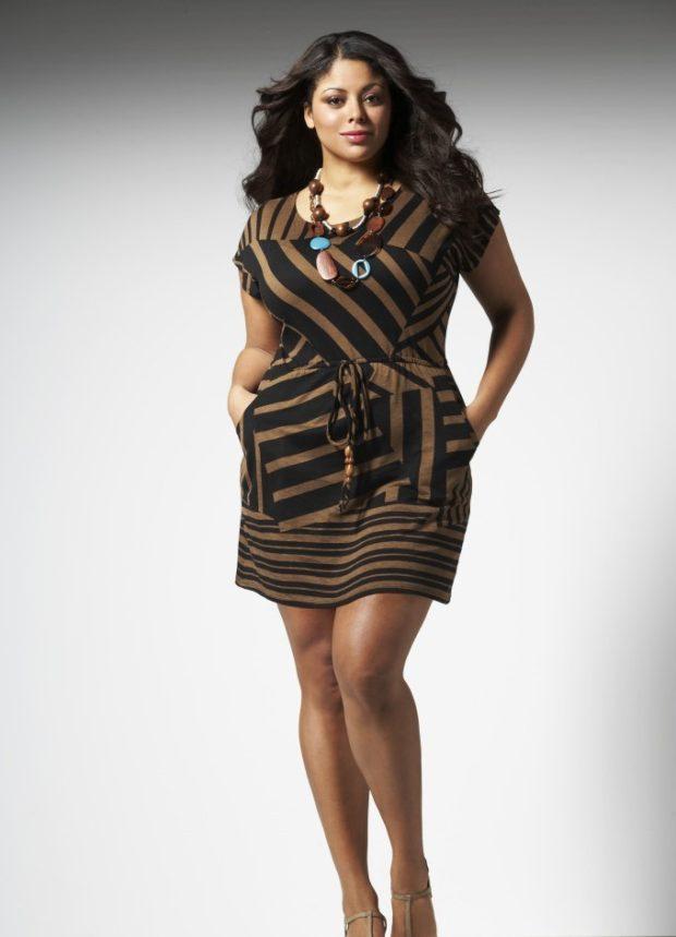 Мода для полных женщин 2020-2021 фото за 40 лет: платье в полоску с поясом