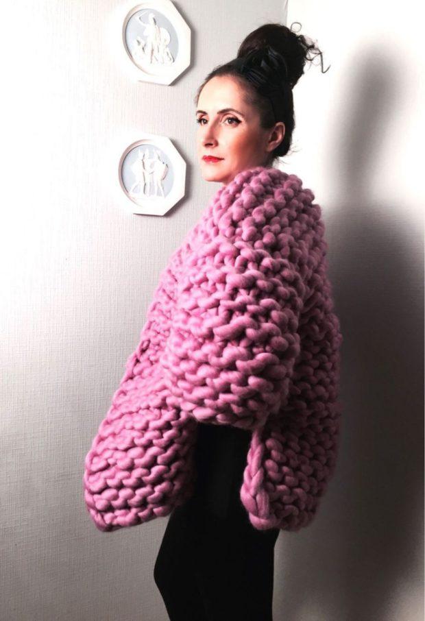 женские свитера 2019-2020: крупная вязка розовый