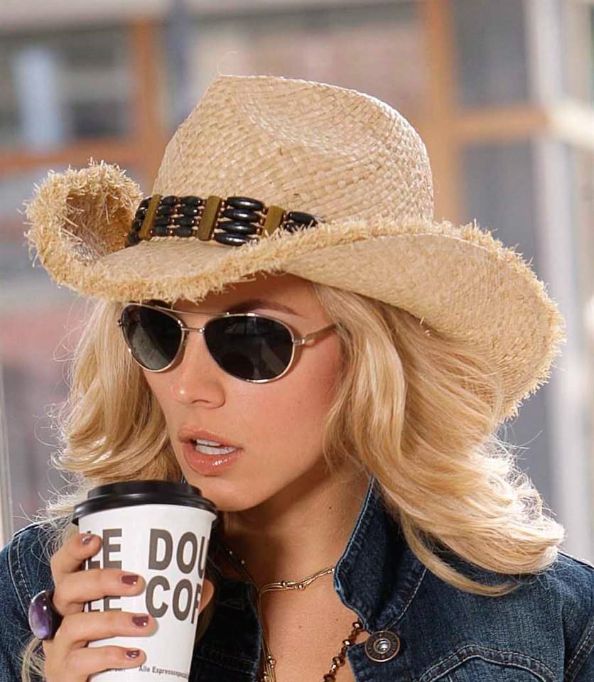 Модные головные уборы весна лето 2018: ковбойская шляпа соломенная с украшением из дерева